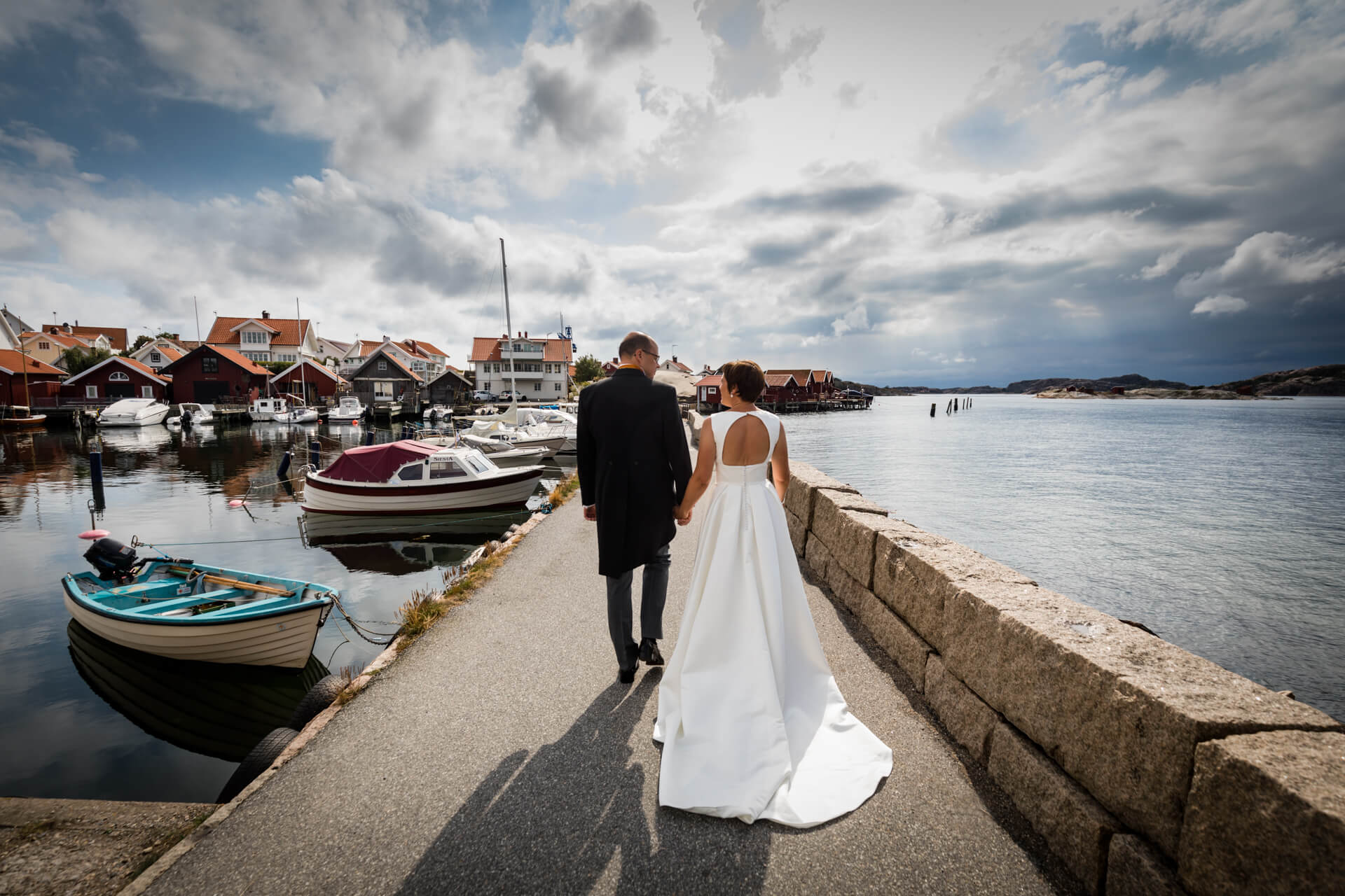 couple walking by the Swedish coast