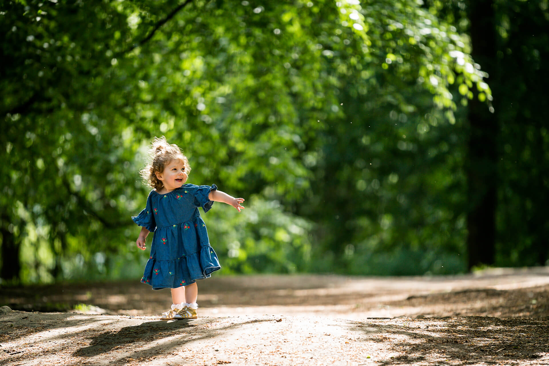 leeds family photography- little girl laughing and pointing